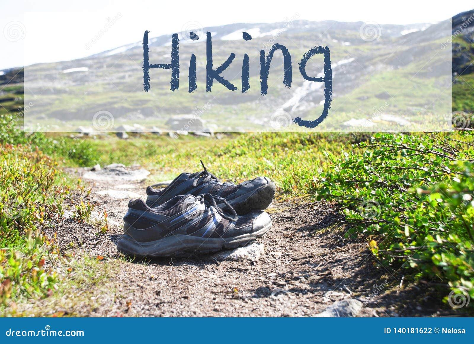 Sapatas no trajeto Trekking, caminhada inglesa do texto