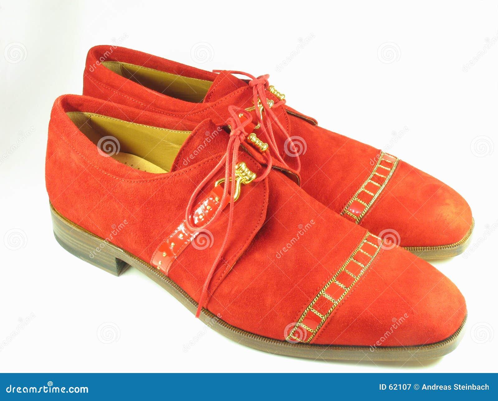 Sapatas vermelhas da camurça