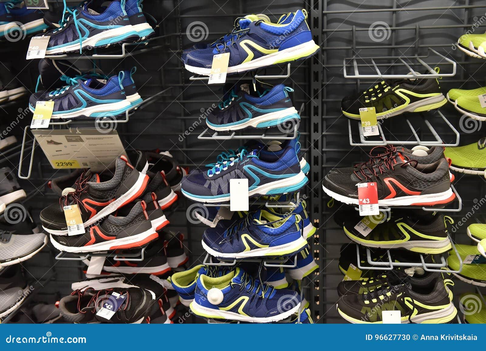 06d5c9bea7 Sapatilhas Em Uma Loja Dos Esportes Na Venda Imagem Editorial ...