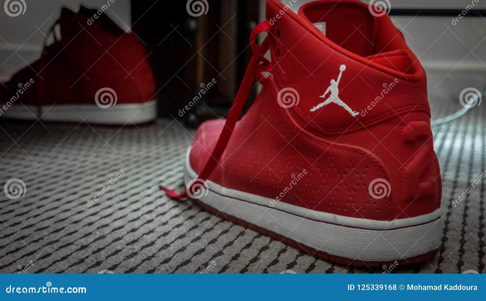 Sapatilhas vermelhas e brancas do basquetebol de Nike MJ 23