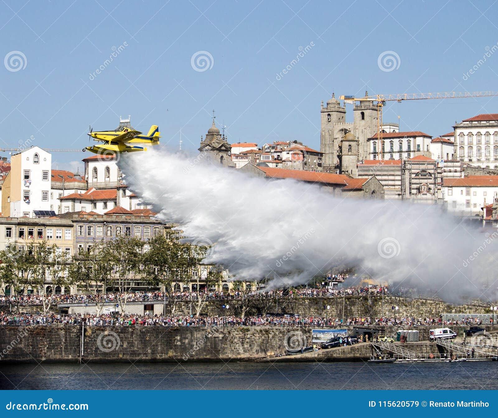 Sapeur-pompier aérien Drops Water sur la rivière de Douro