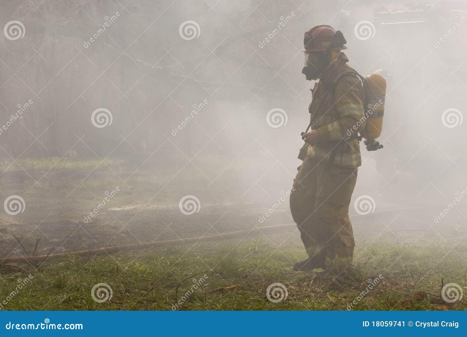 Sapeur-pompier dans la fumée