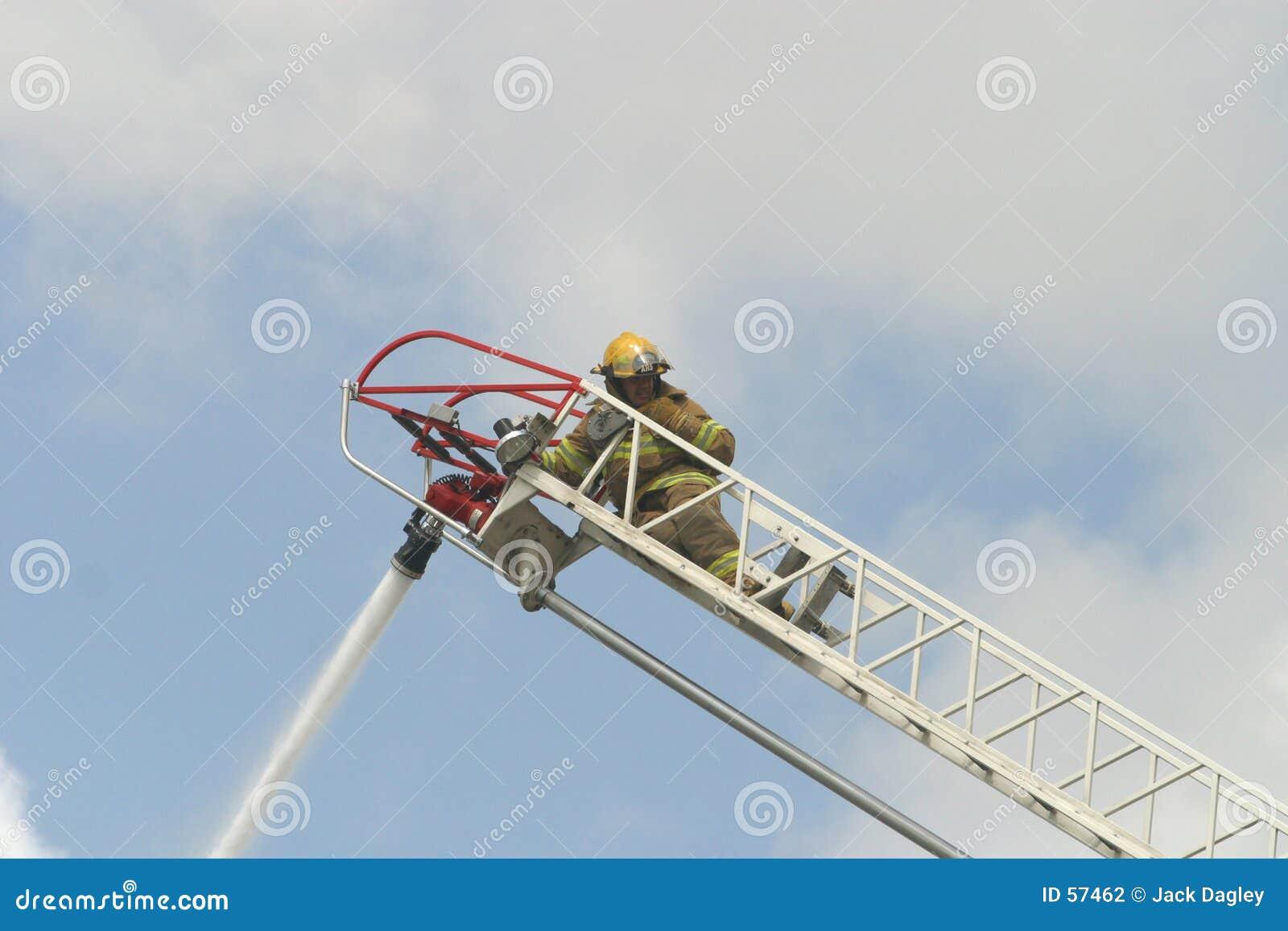 Sapeur-pompier sur une échelle