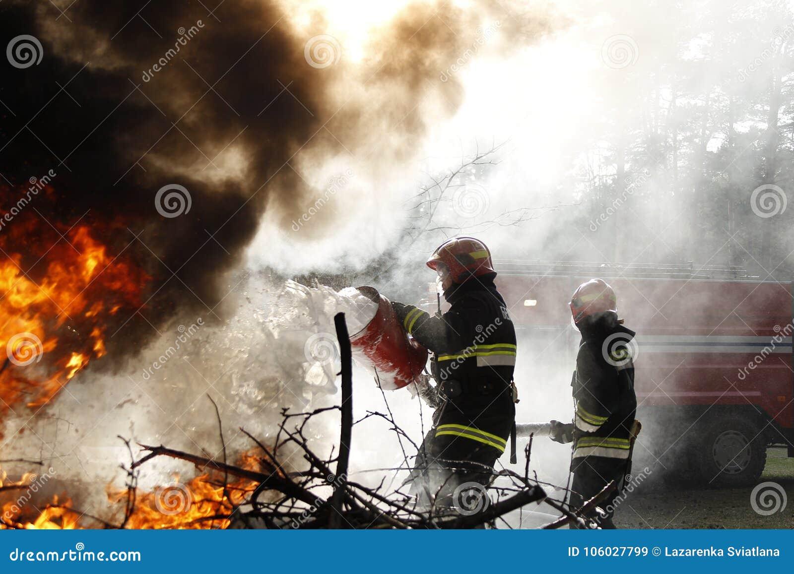 Sapeurs-pompiers au travail dans la fumée