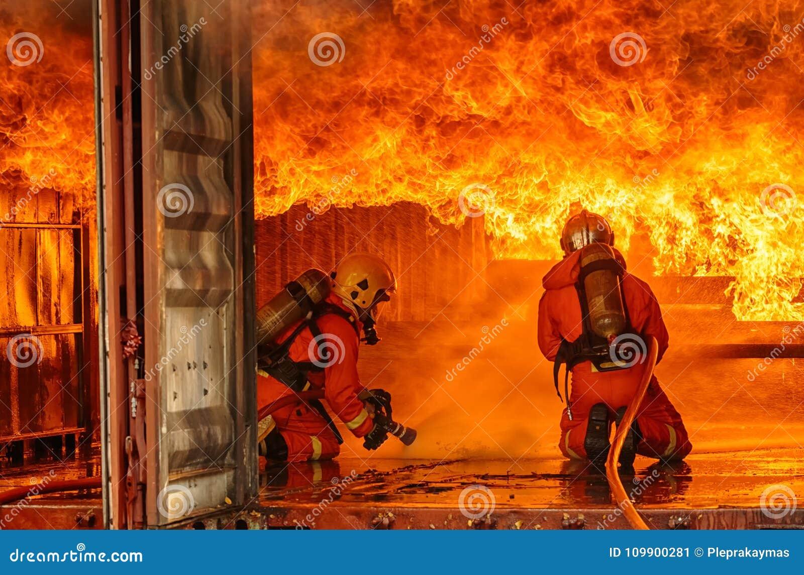 Sapeurs-pompiers combattant un feu, formation de sapeur-pompier
