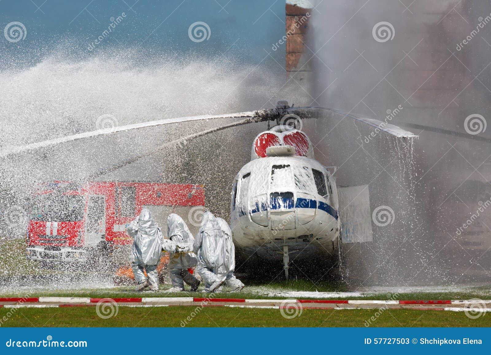 Sapeurs-pompiers dans les costumes spéciaux