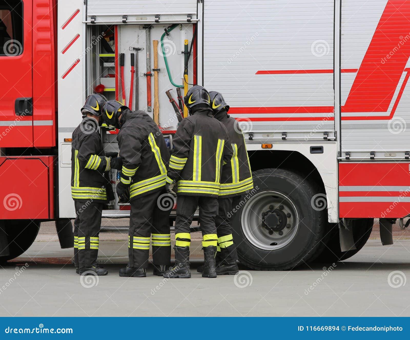 Sapeurs-pompiers près du camion de pompiers