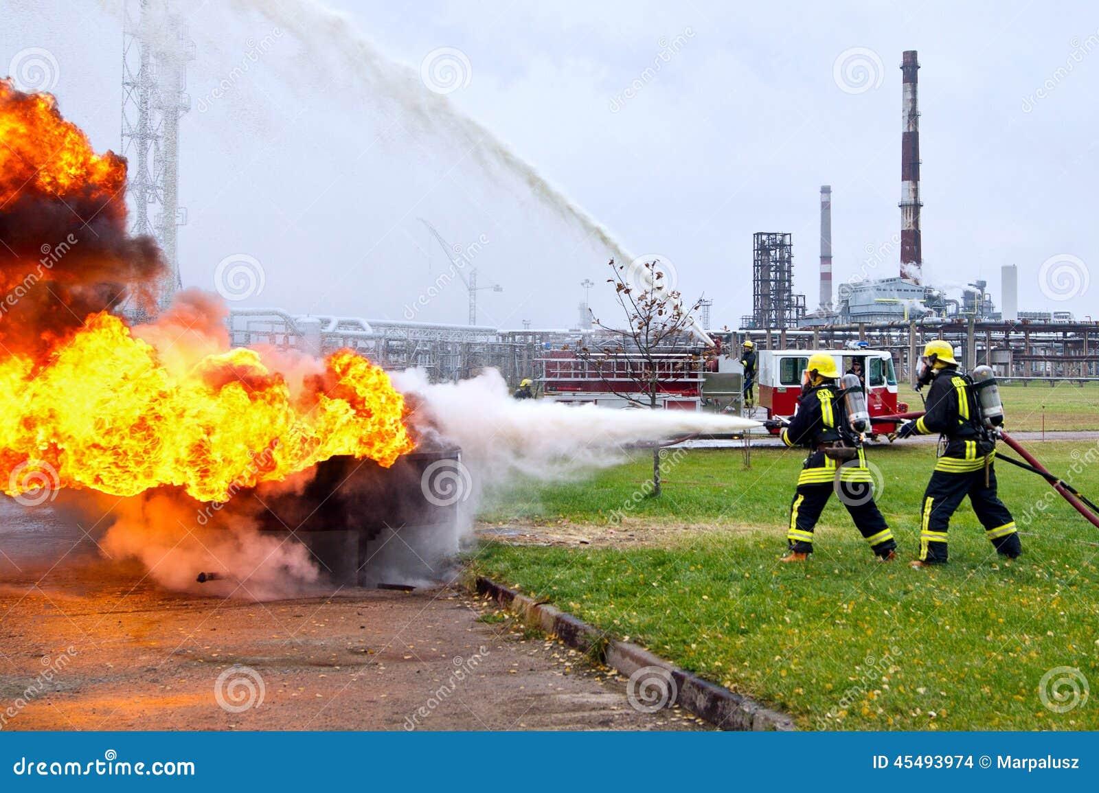 Sapeurs pompiers s 39 teignant le feu dans la perspective du - Feu a petrole ...