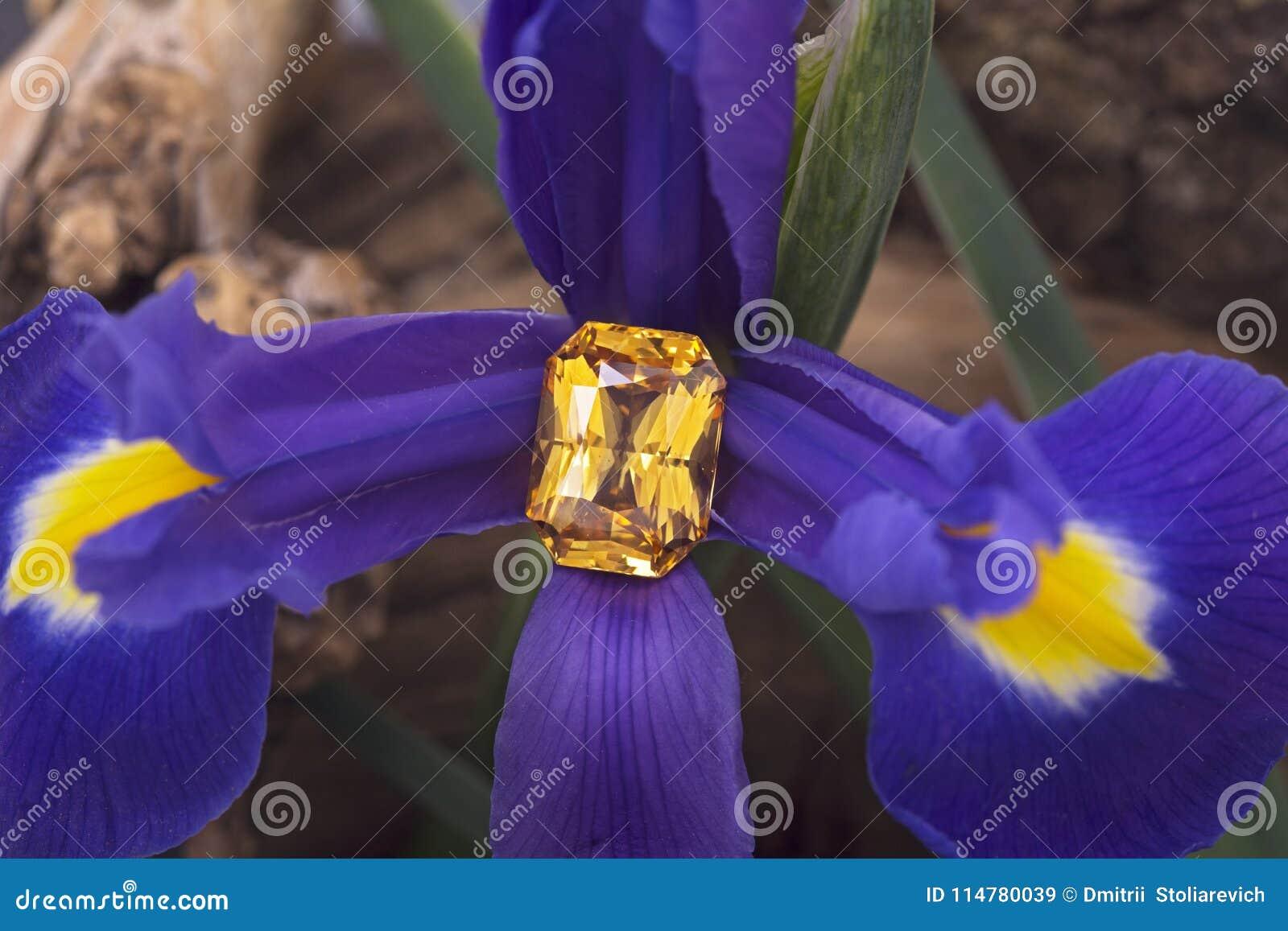 Saphir jaune coupé grande par émeraude sur la fleur