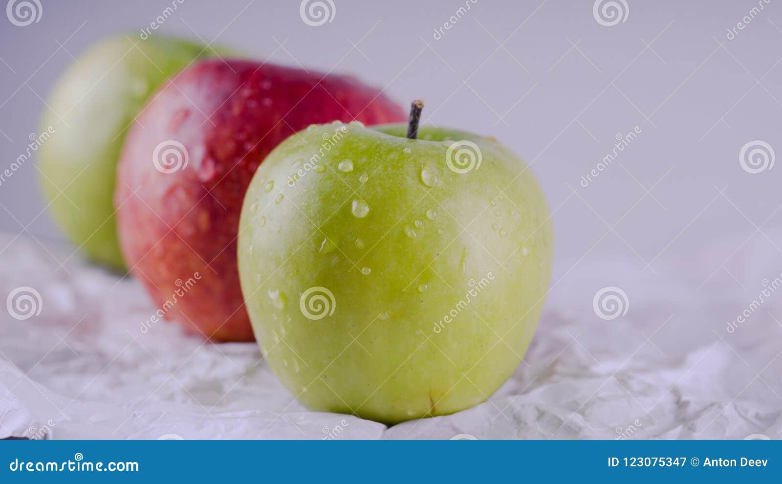 Sappig en heerlijk Apple die op de lijst, fruit aangaande de lijst liggen Appelen op witte achtergrond Het concept het gezonde et