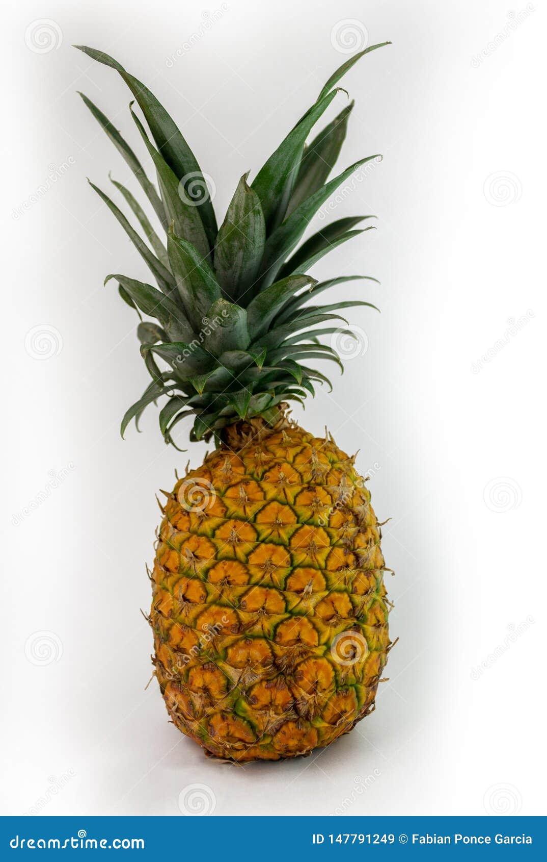 Sappige die ananas op witte achtergrond wordt geïsoleerd