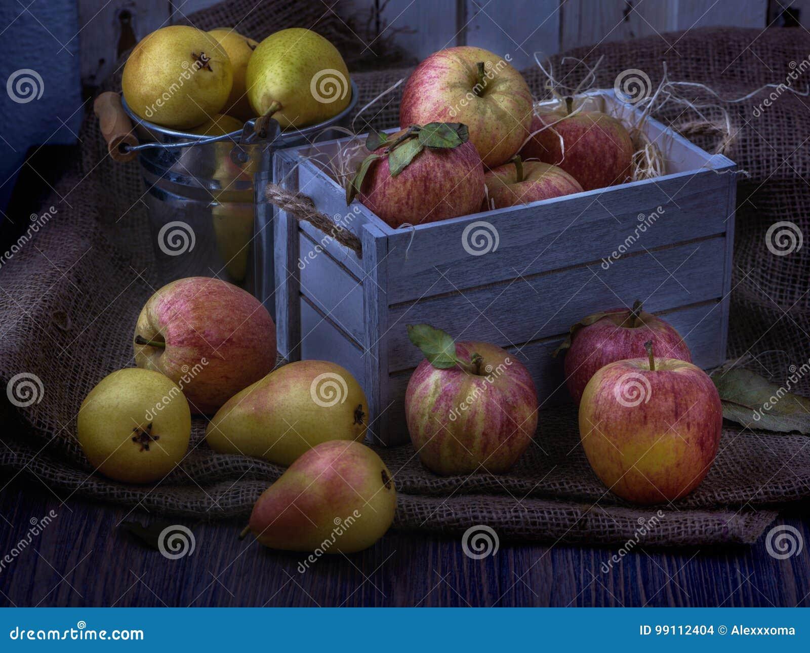 Sappige vruchten in oude witte uitstekende houten doos Rode appelen en gele peren Rustig maanlicht 05