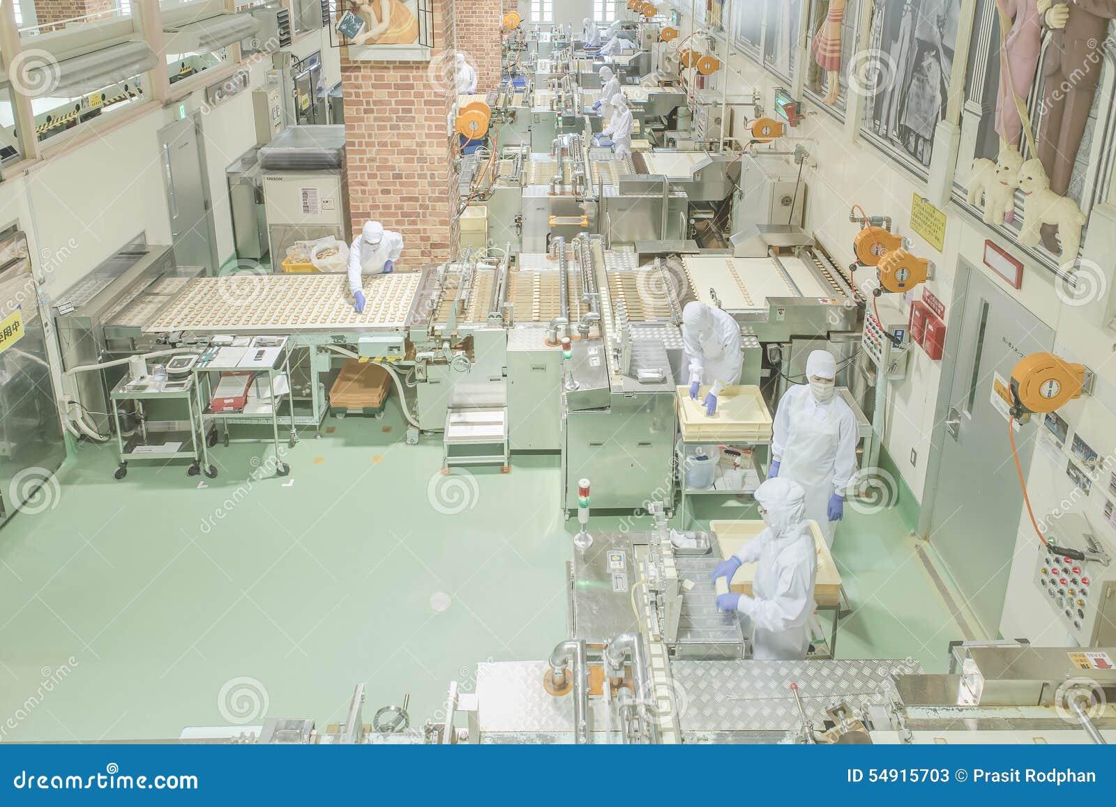Sapporo - 11 MEI: Arbeider die bij Ishiya-chocoladefabriek werken in 11 Mei, 2015 Sapporo, Japan