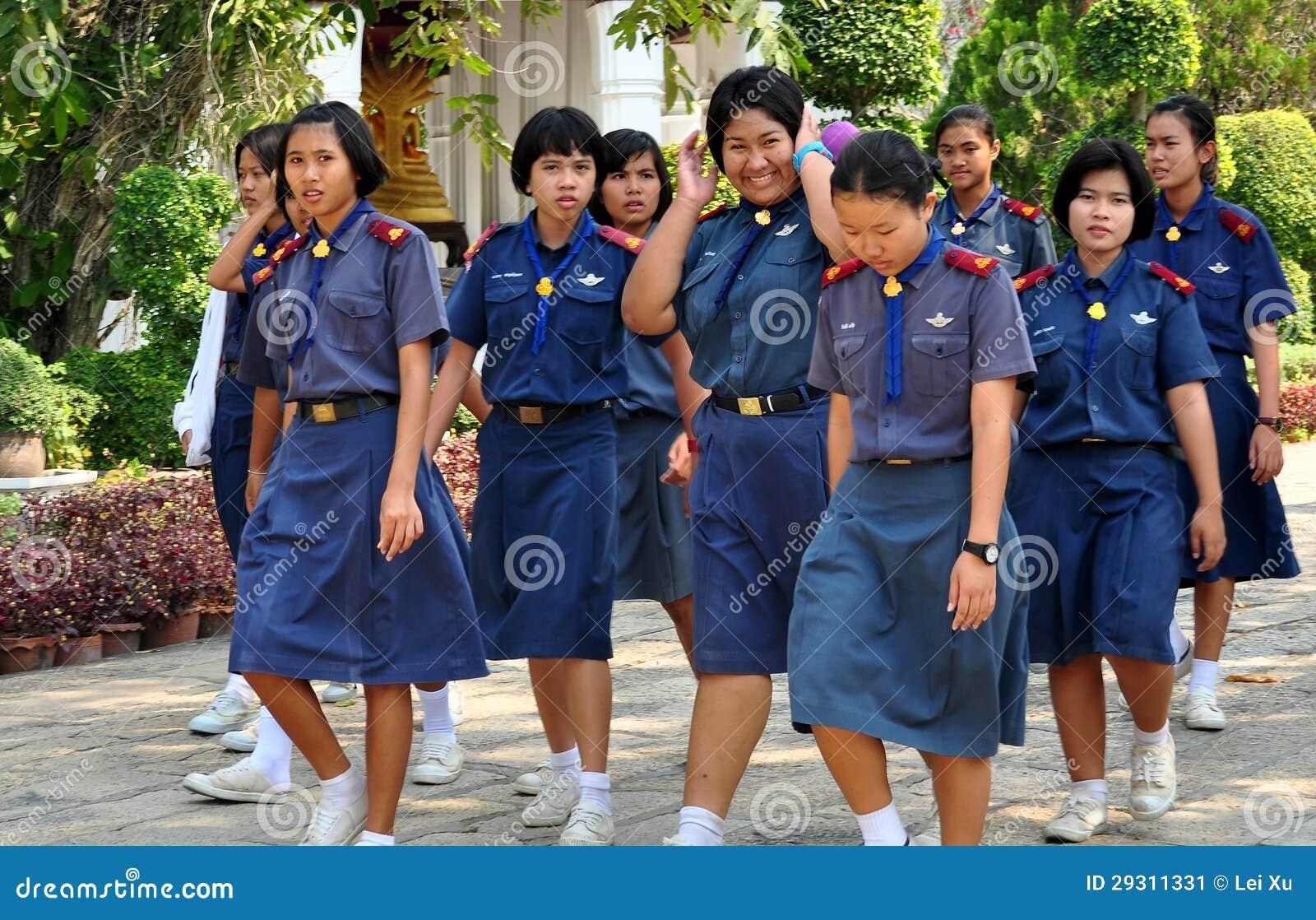 Saraburi, Tailandia: Colegialas en el templo tailandés
