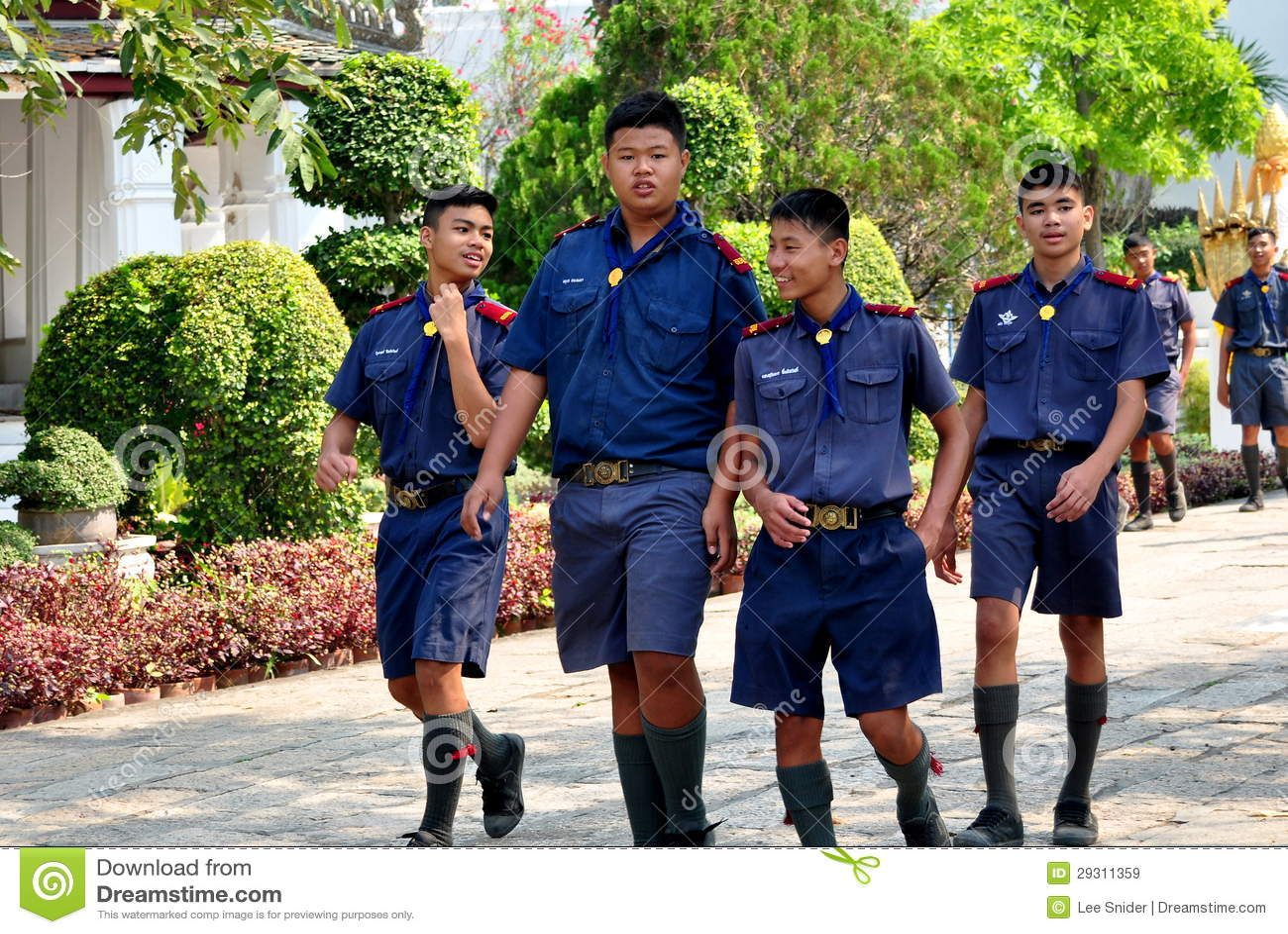 Saraburi, Tailandia: Colegiales tailandeses en el templo
