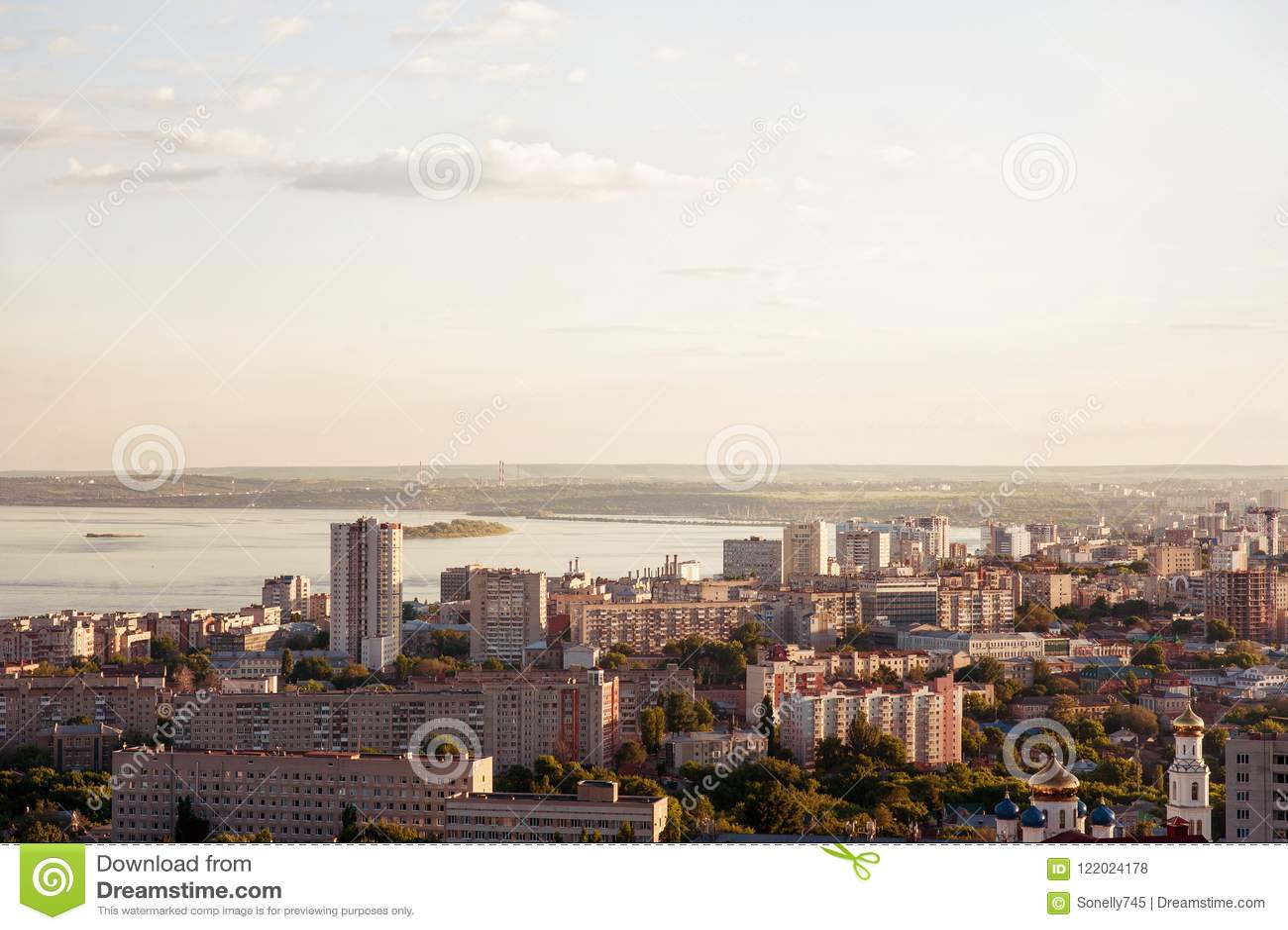 Saratov Ryssland, sikt av husen, Volgaet River, bron till Engels Landskapet av staden