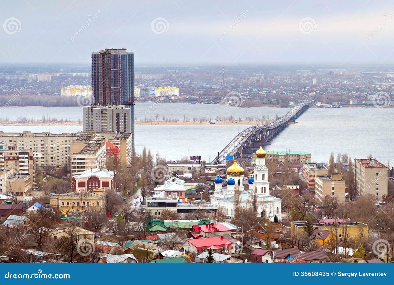 Saratov. Ryssland. Vägbro över floden Volga