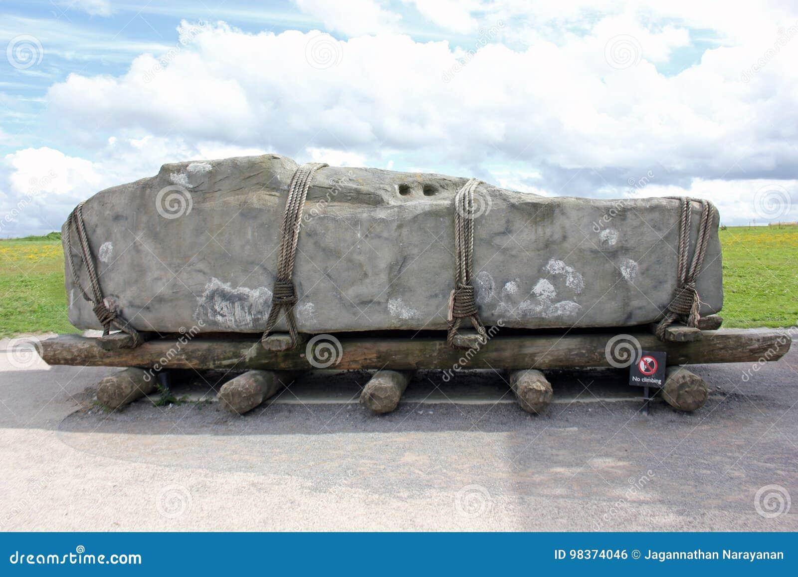 Sarcen rockowy odpoczywać na drewnianych rolownikach, Stonehenge, Anglia