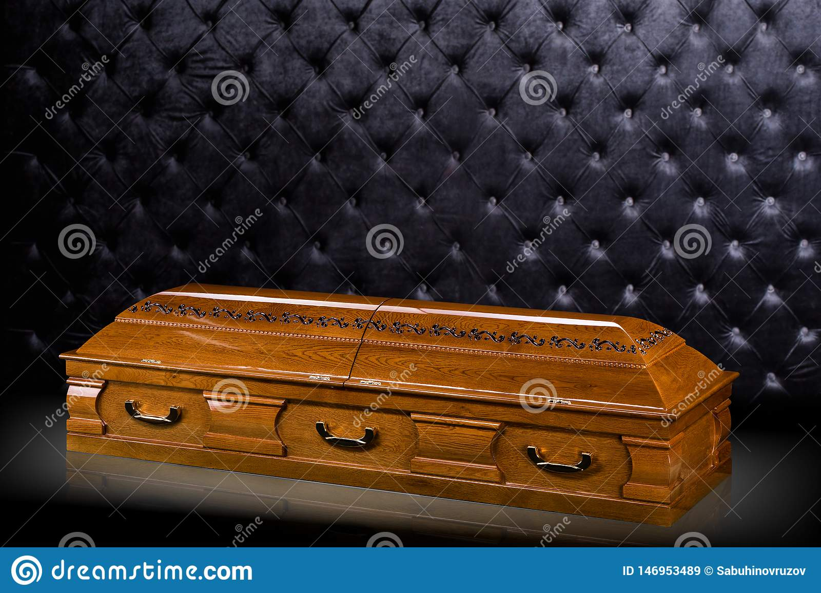 Sarcofago marrone di legno chiuso isolato su fondo di lusso grigio cofanetto, bara su fondo reale