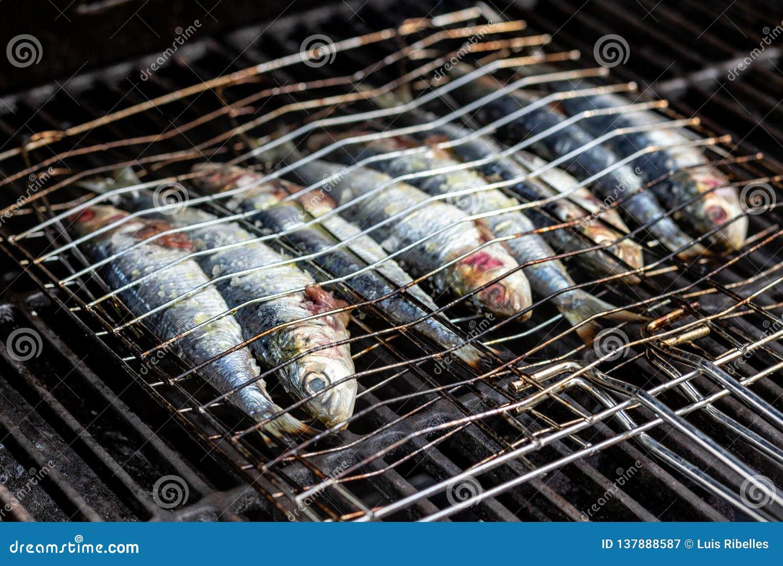 Sardines dans un poisson grillant l cuisson dans un BBQ