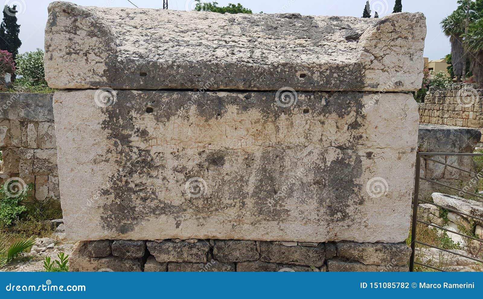 Sarkofag Romańskie archeologiczne resztki w oponie Opona jest antycznym Fenickim miastem lebanon opona