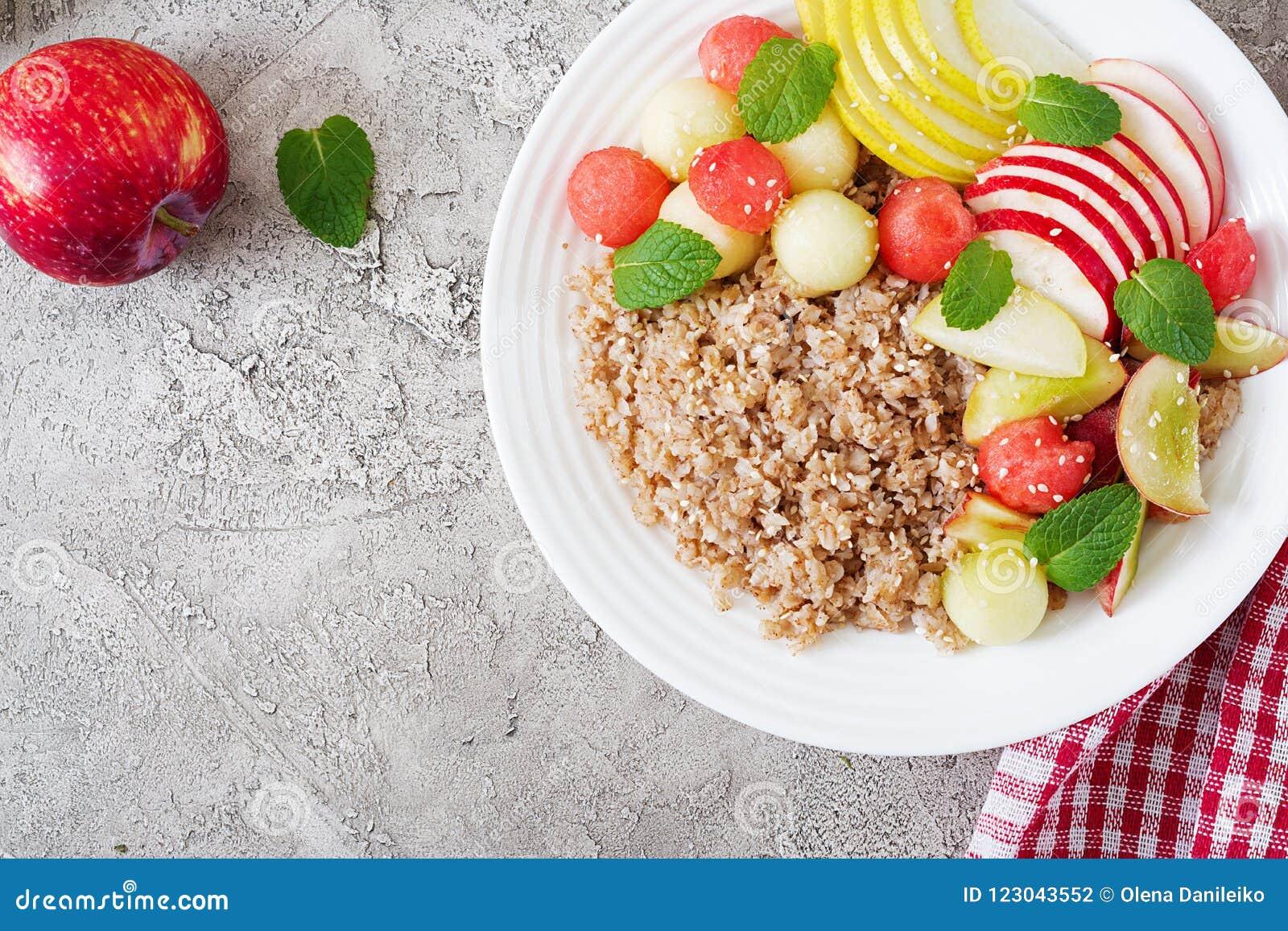 Sarrasin ou gruau avec le melon, la pastèque, la pomme et la poire frais