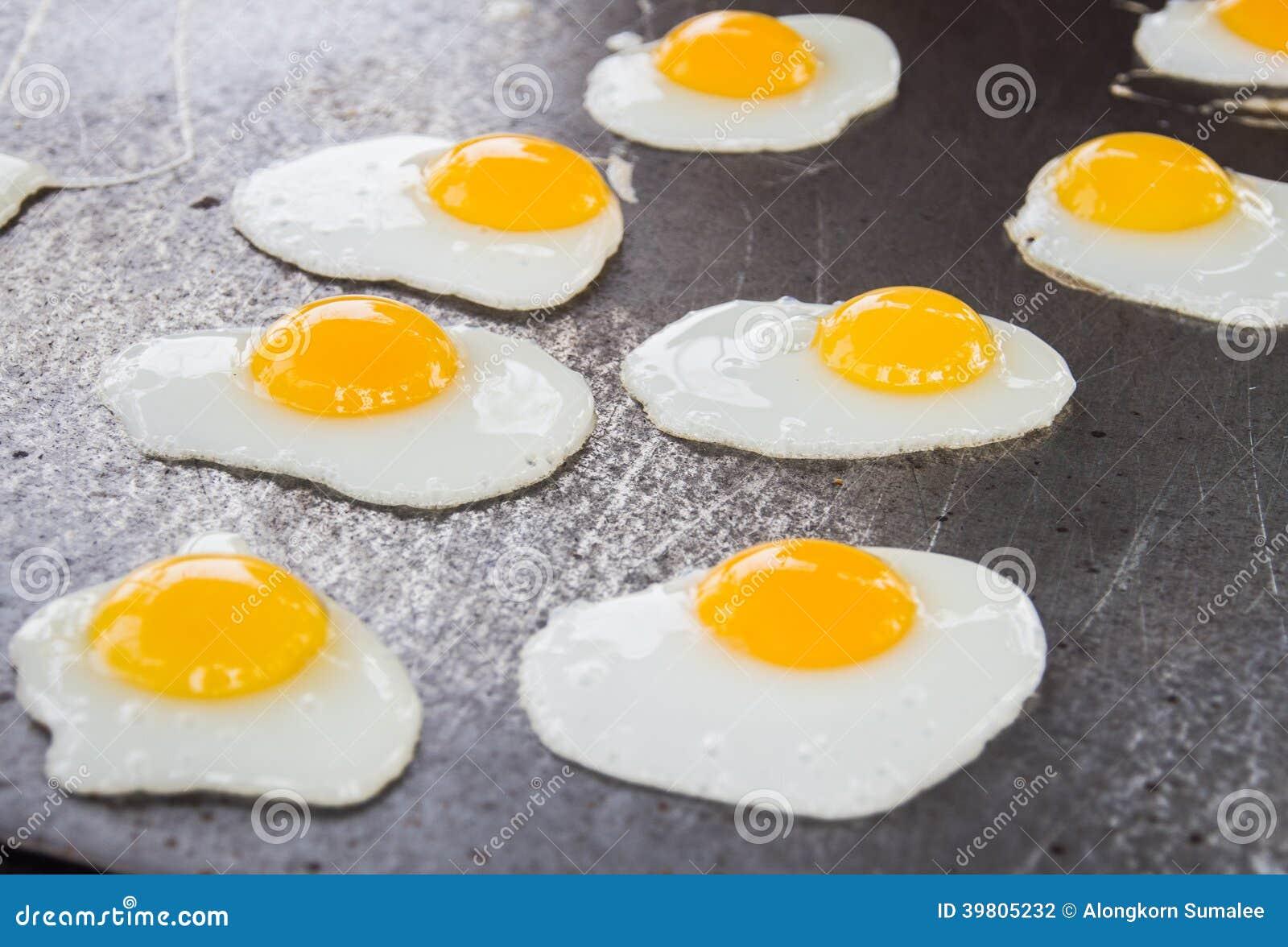 Sartén de Fried Quail Eggs Cooking On, bocado tailandés del estilo, Thaila