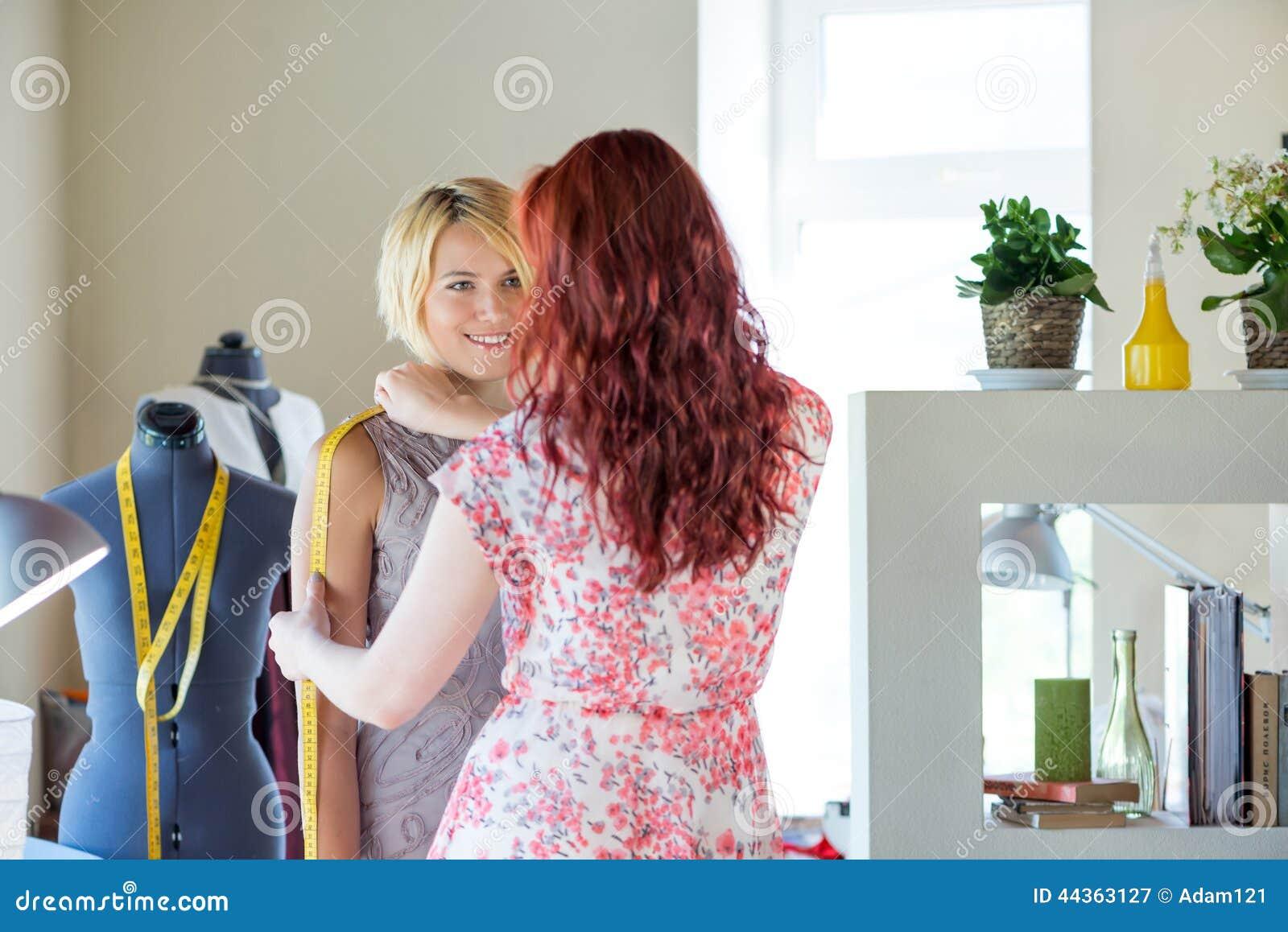 Sarto da donna sul lavoro