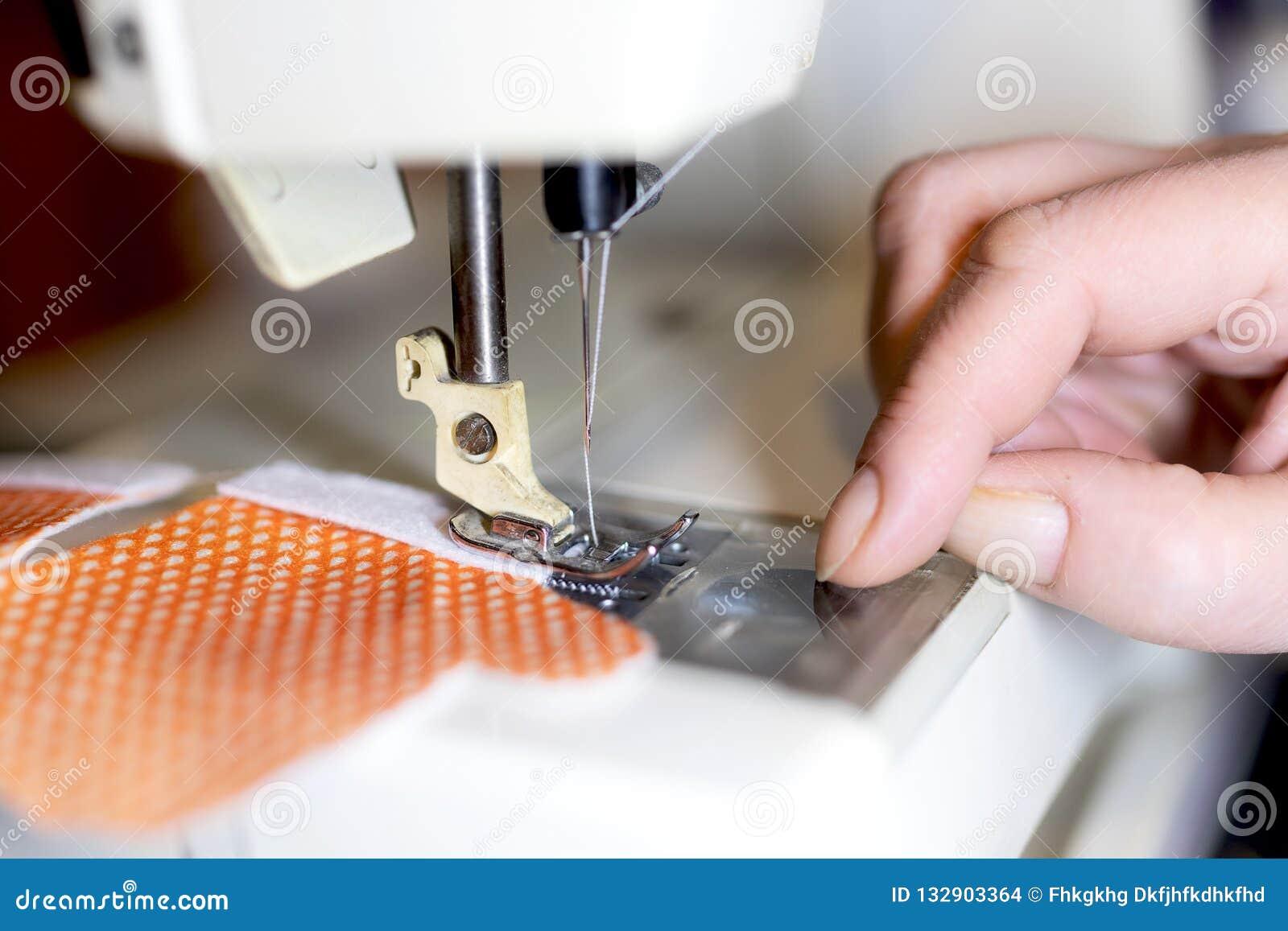 Sarto della donna che lavora alla macchina per cucire