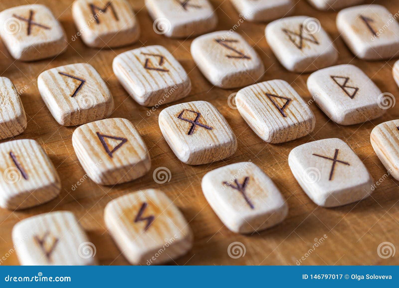 Sas?w drewniani handmade runes na rocznika stole Na each rune symbolu dla pomy?lno?ci m?wi? wyznaczaj?