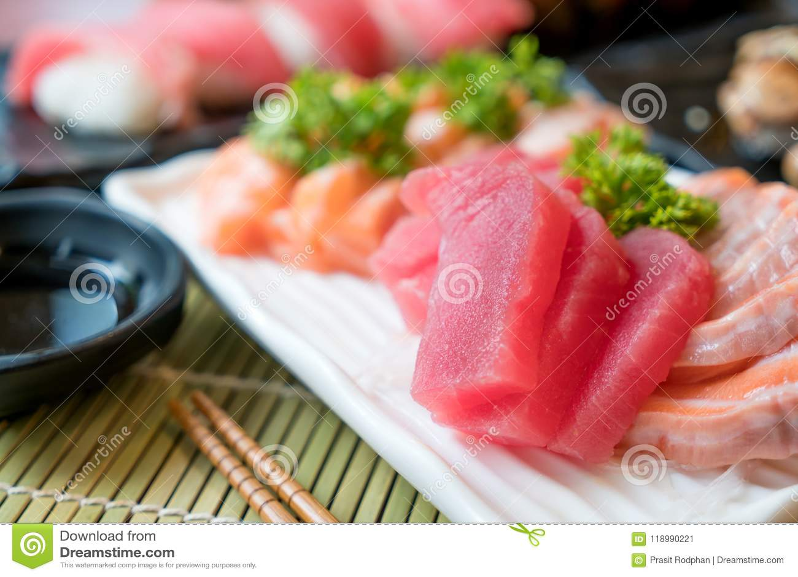 Sashimi Affettato Misto Del Pesce In Piatto Bianco Salmone E Botte