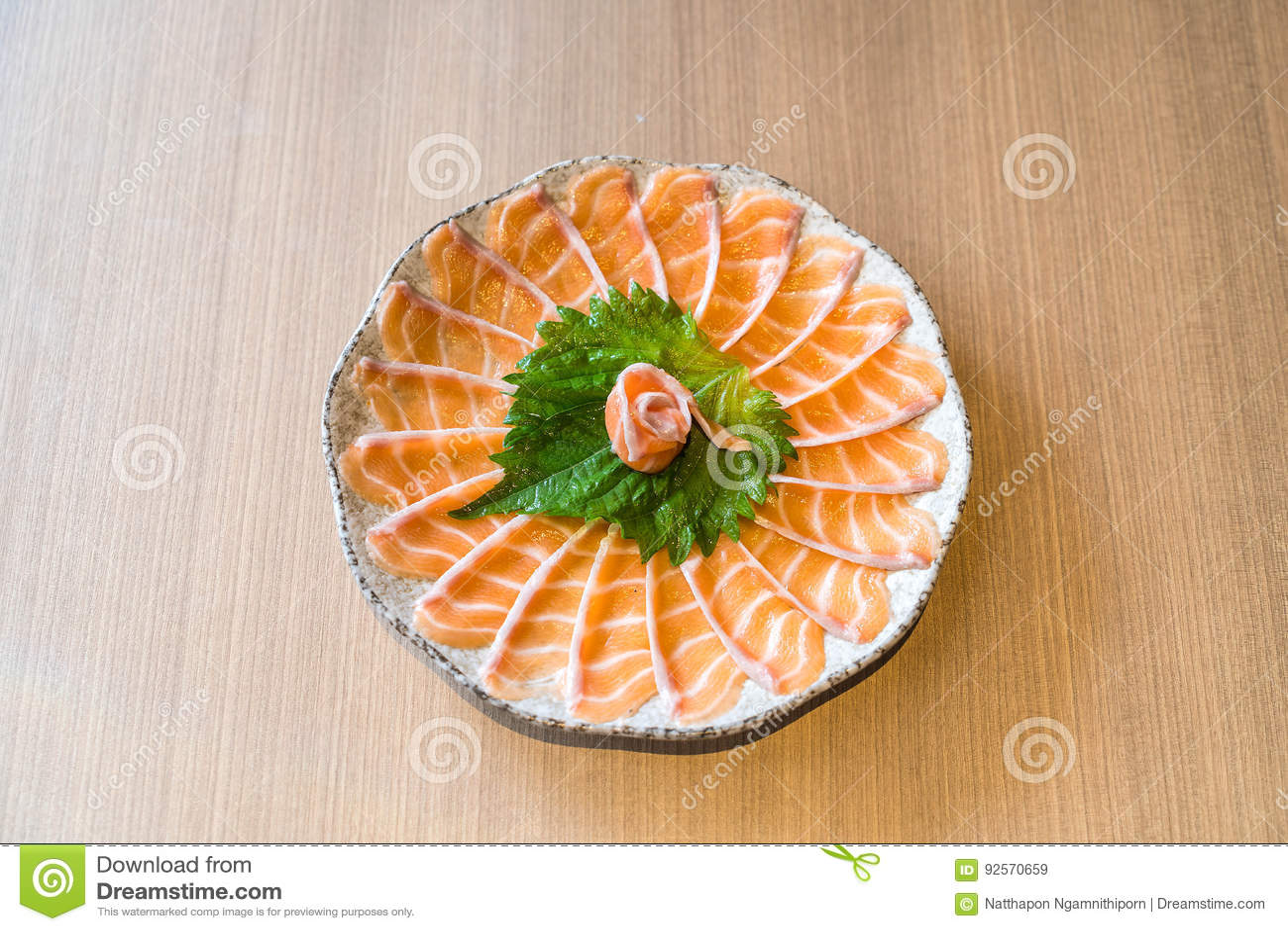 Sashimi di color salmone affettato