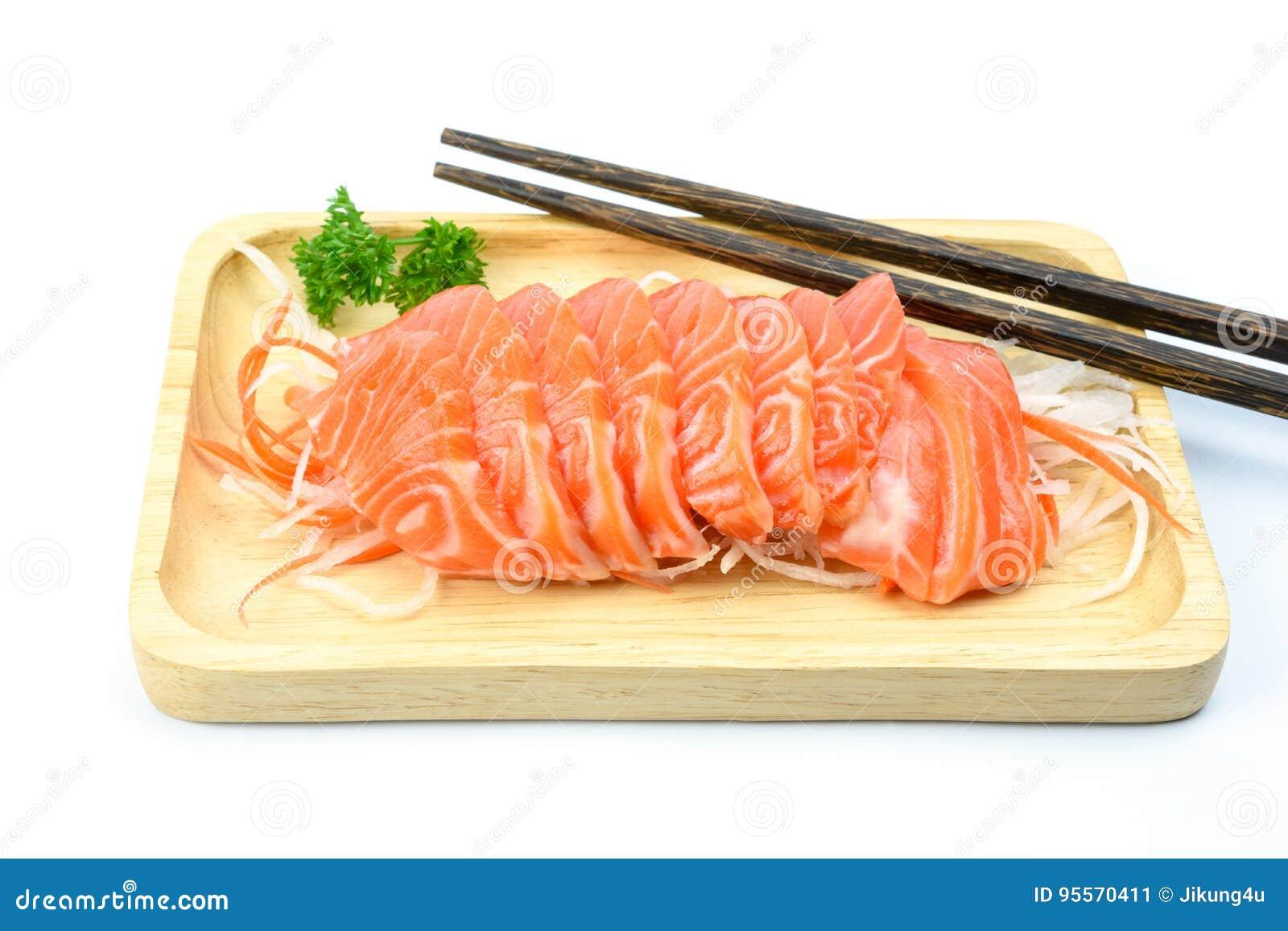 Sashimi di color salmone su un piatto di legno