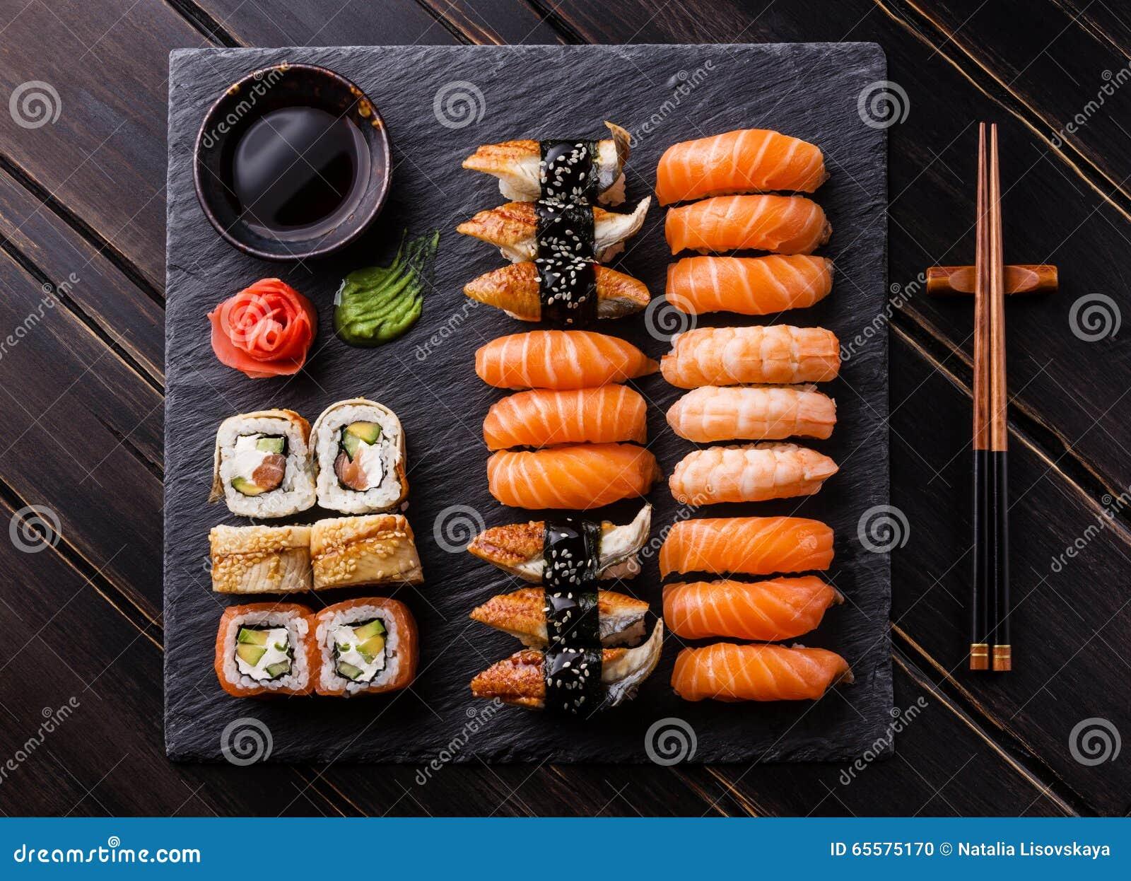 Sashimi do sushi e rolos de sushi ajustados
