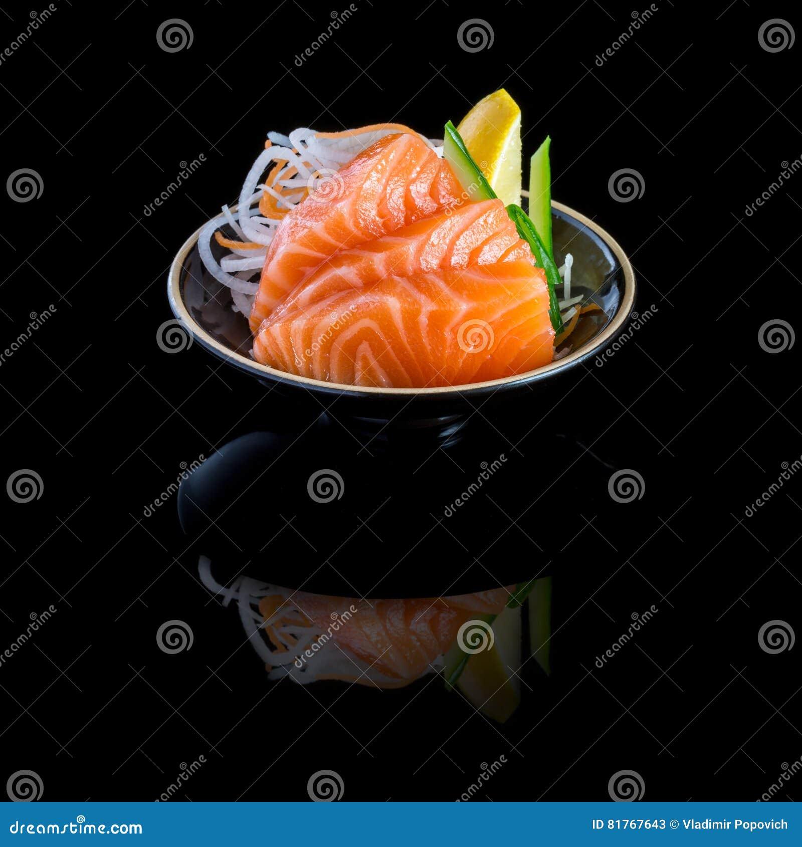 Sashimi mit Lachsen in einem Schwarzblech Auf einem schwarzen Hintergrund mit