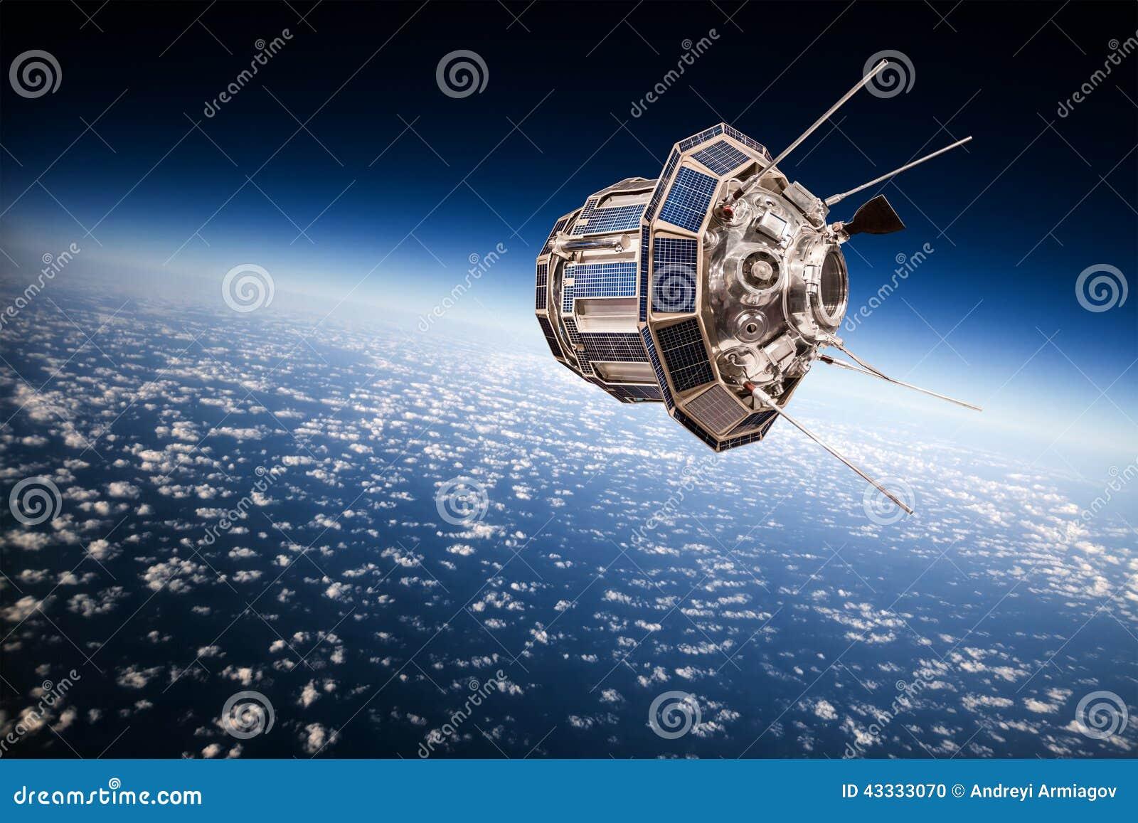 Satélite del espacio sobre la tierra del planeta