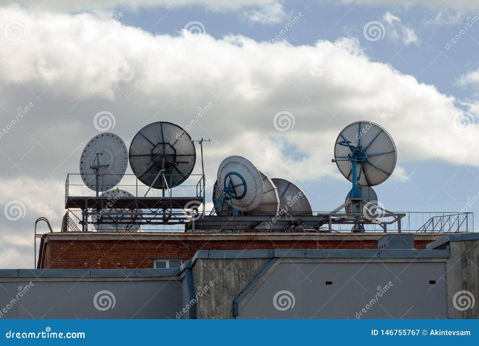 Satelliet Schotels op het Dak
