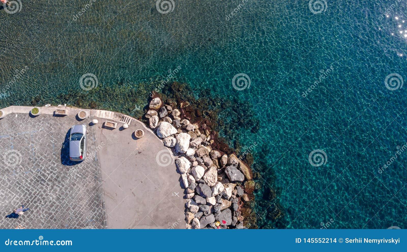 Satellietbeeld op een parkerenpijler langs overzeese kust Sorrento Meta, visserij