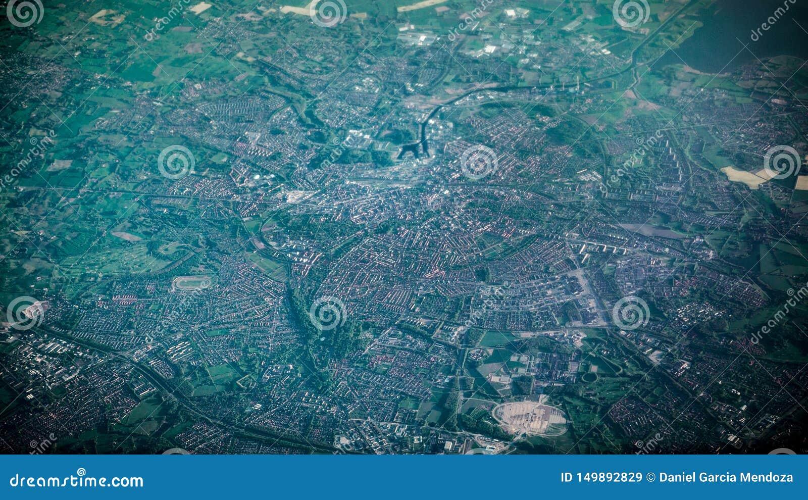 Satellietbeeld van beroemde huizen en wegen van de stad van Amsterdam van vliegtuigvenster