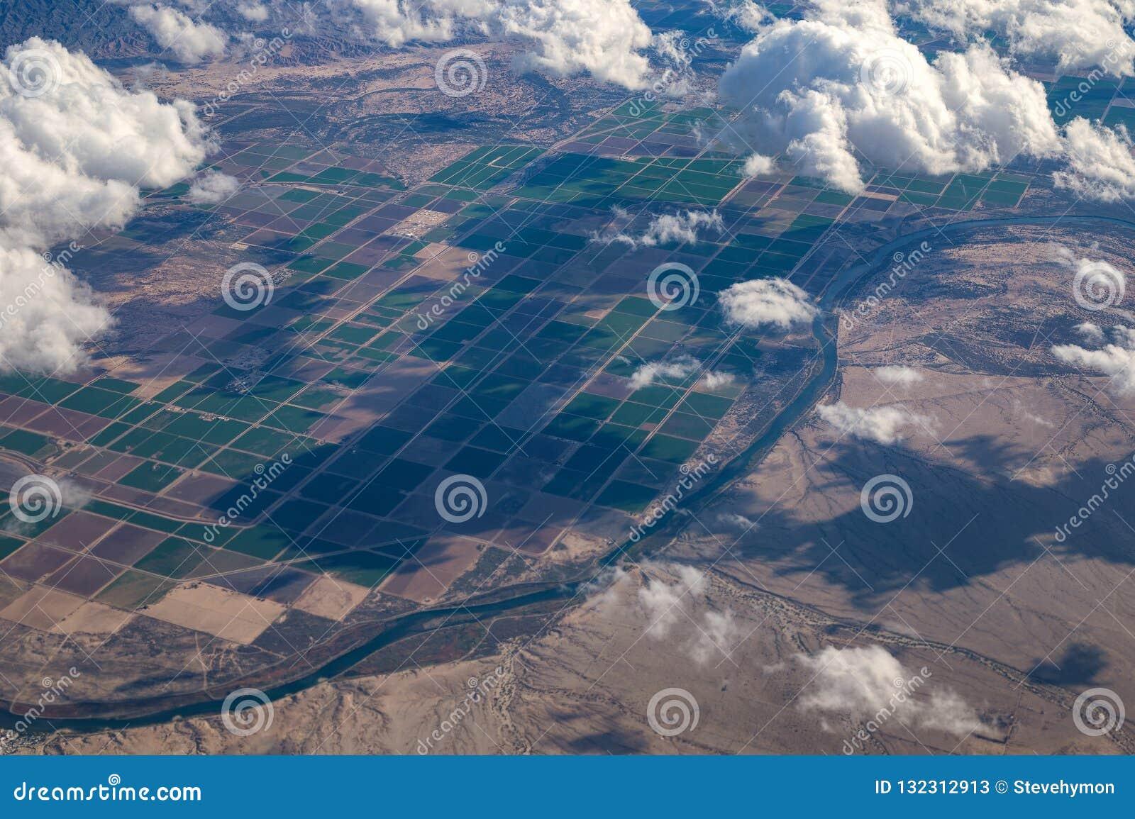 Satellietbeeld van de Rivier en de landbouwbedrijven van Colorado tussen Arizona en Californië