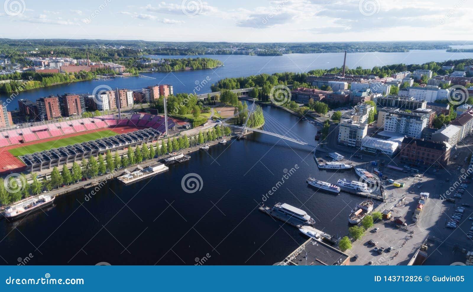 Satellietbeeld van de stad van Tampere bij de zomer