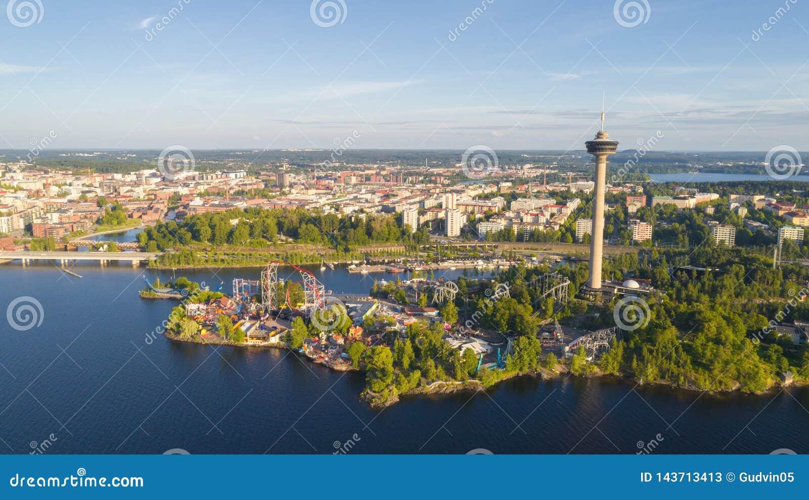 Satellietbeeld van de stad van Tampere De mooie Dag van de Zomer Blauwe hemel