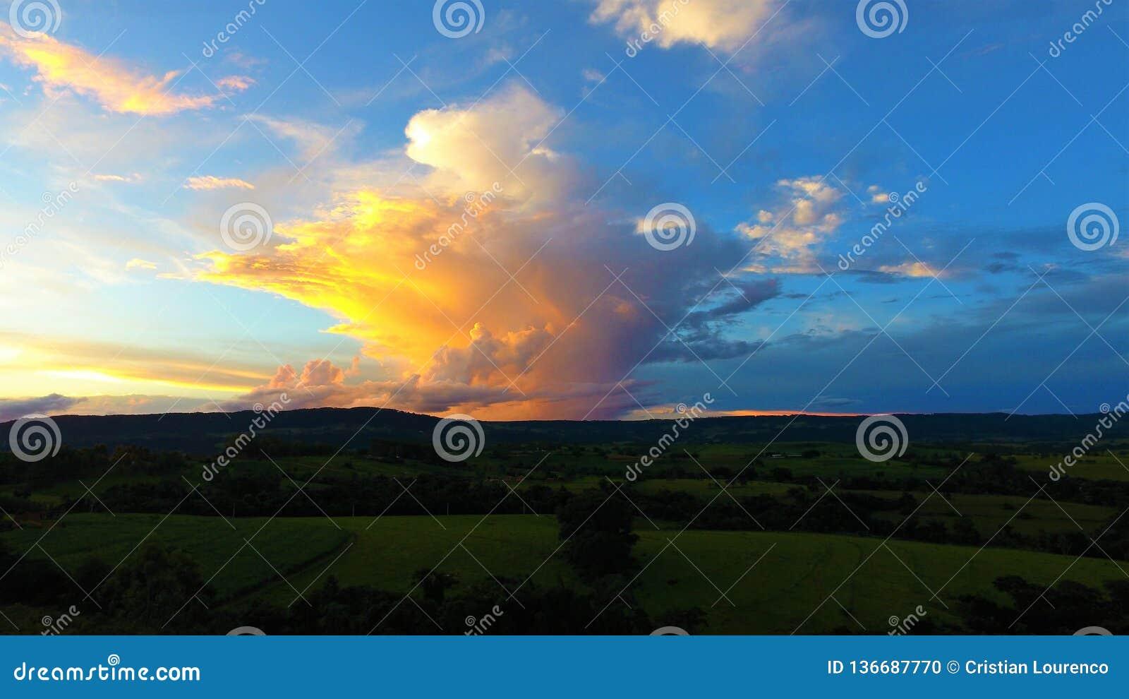 Satellietbeeld van de zonsondergang van een platteland
