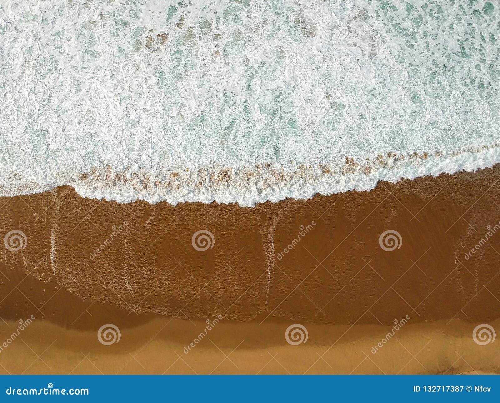 Satellietbeeld van een groot zandig strand met golven Portugese kustlijn