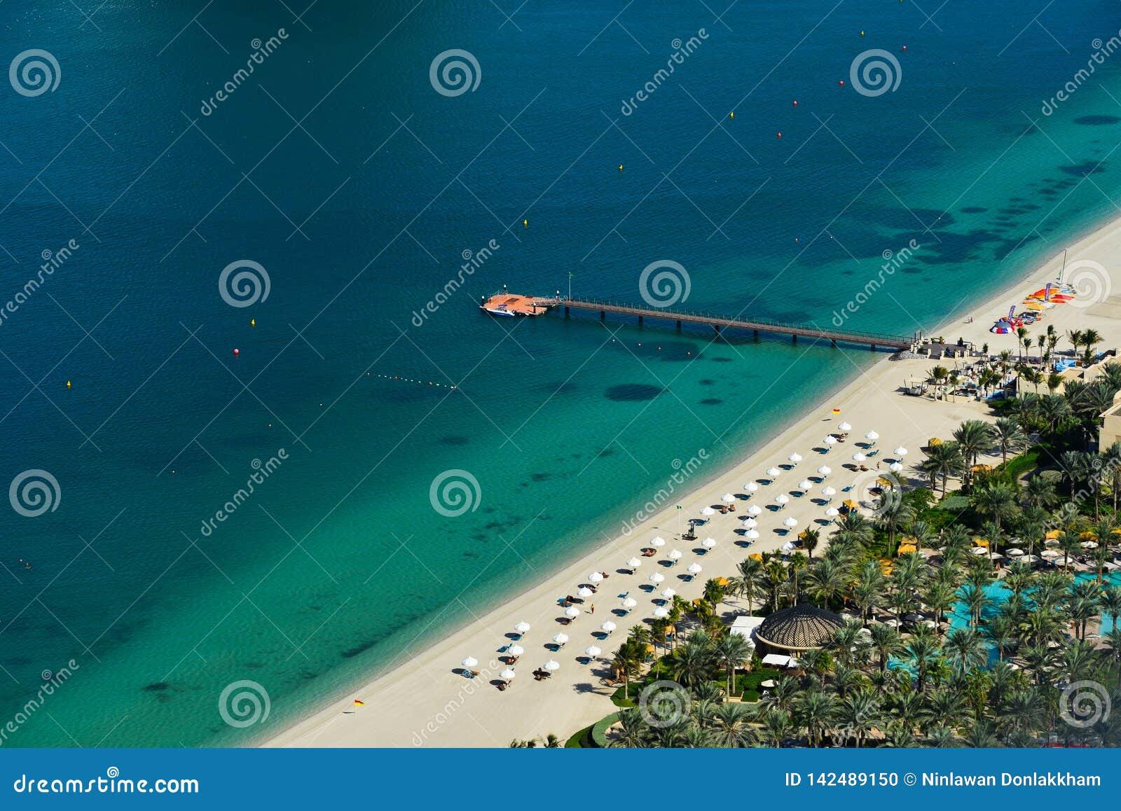 Satellietbeeld van een mooie overzeese kust in Doubai