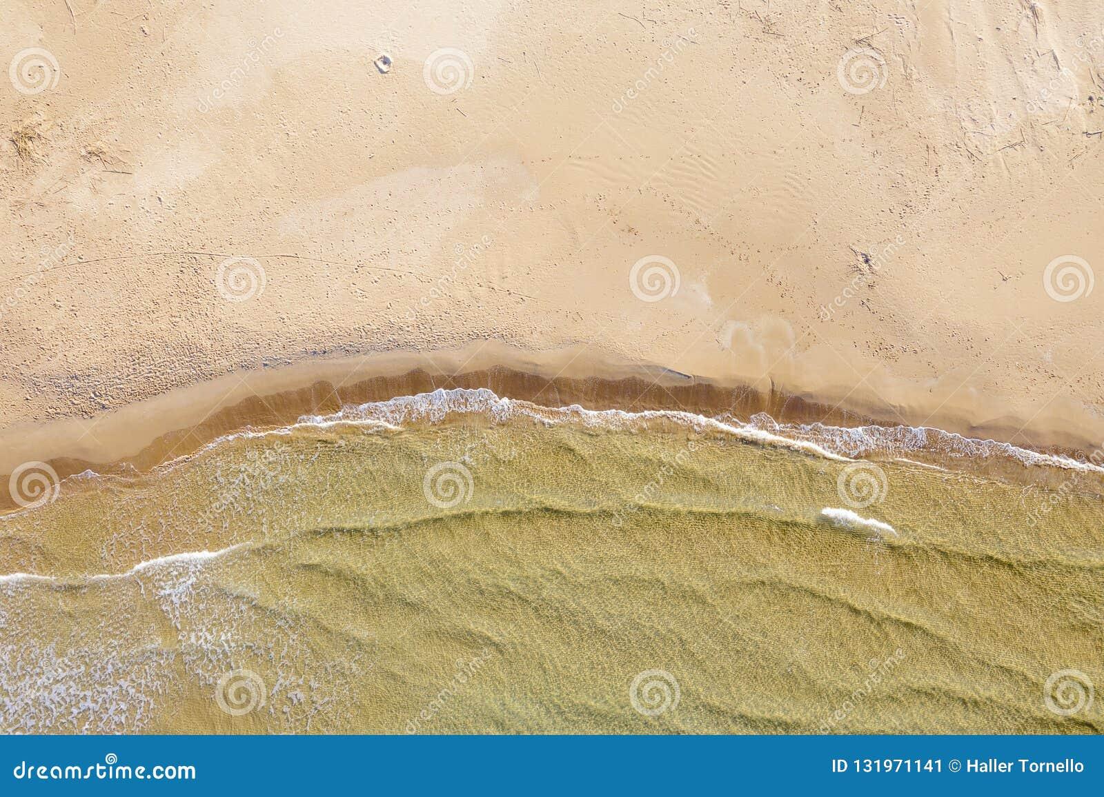 Satellietbeeld van een strand met golven