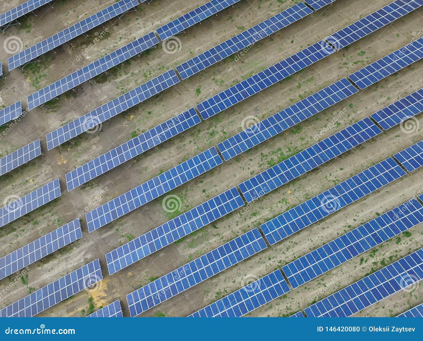 Satellietbeeld van een zonnelandbouwbedrijf dat schone vernieuwbare zonenergie veroorzaakt