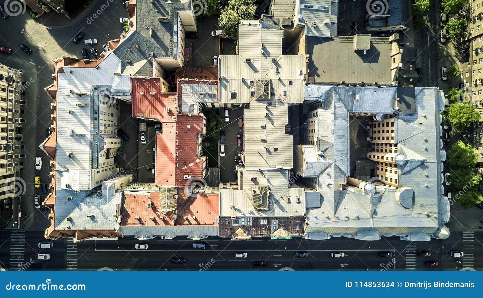 Satellietbeeld van hommel op stadslandschap van Riga