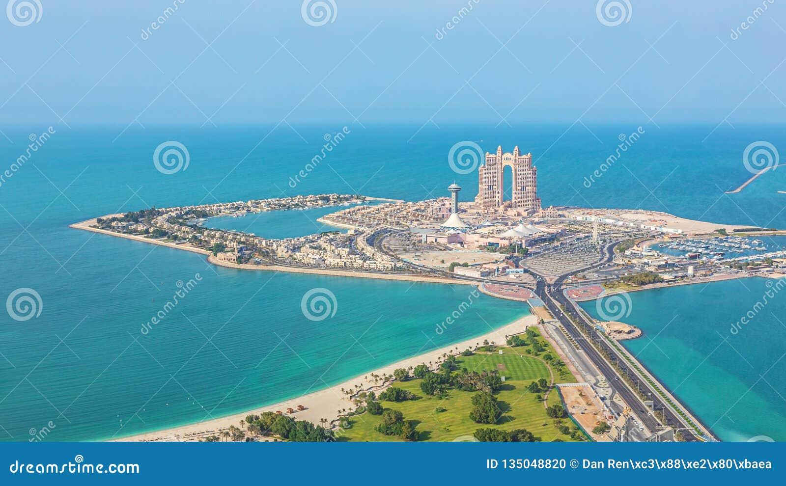 Satellietbeeld van Marina Mall en Jachthaveneiland in Abu Dhabi, de V.A.E - panorama van het winkelen district
