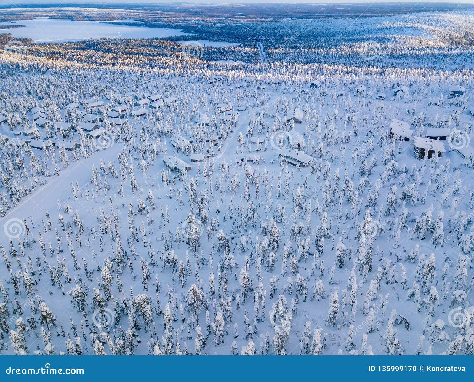 Satellietbeeld van sneeuw behandelde de winterbos en weg Mooi landelijk landschap in Finland